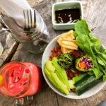 Groene salade en papaya juice